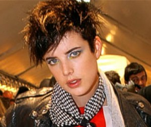 Agyness Deyn looks great with punk style dark hair