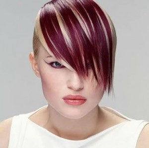 Cool, modern short hair in dark red with blonde streaks